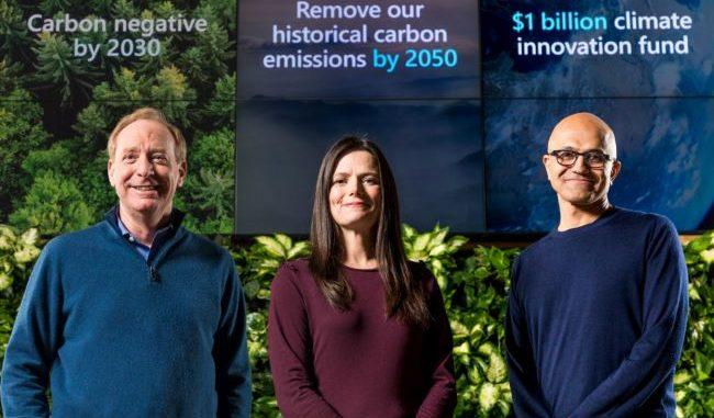 en la imagen Satya Nadella, el presidente, Brad Smith, la CFO, Amy Hood, y el director de Medio Ambiente, Lucas Joppa