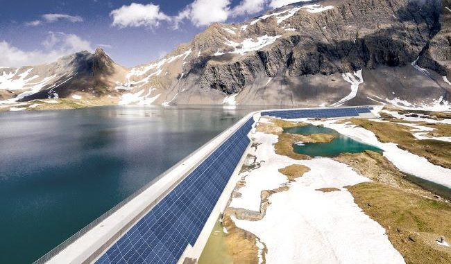 la presa con paneles fotovoltaicos