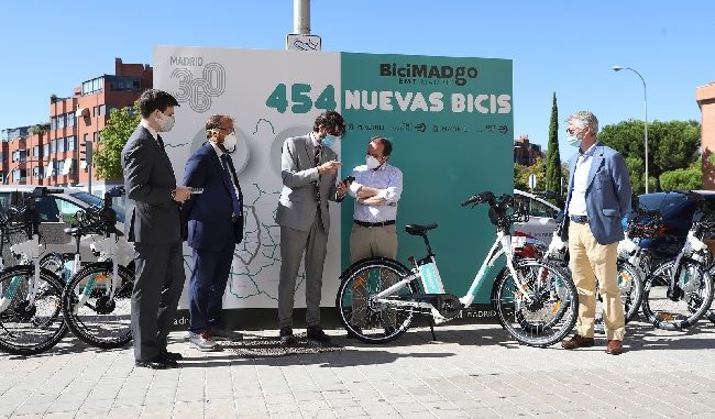 delegado de Medio Ambiente y Movilidad, Borja Carabante, ha comprobado este lunes cómo se termina de implementar el 50 % de la flota de Bicimad Go