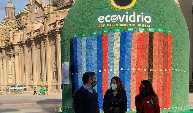 Borja Martiarena, director de marketing de Ecovidrio, Natalia Chueca, consejera de Servicios Públicos y Movilidad del Ayuntamiento de Zaragoza